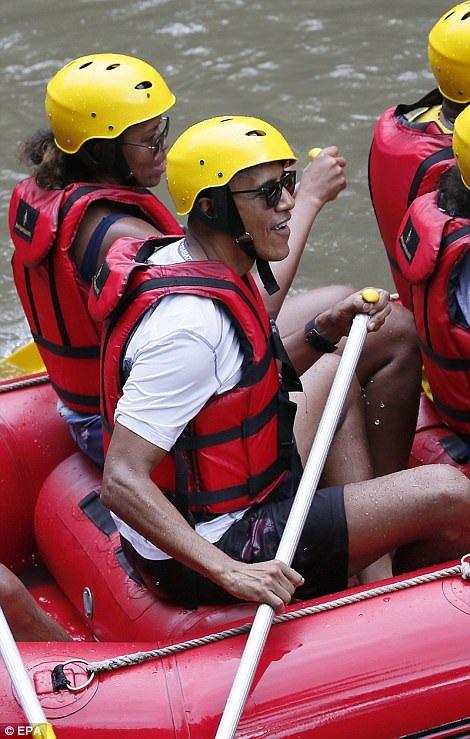 Giống như mọi khách du lịch khác khi chèo xuồng trên sông Ayung, cựu Tổng thống Obama mặc áo phao và đội mũ bảo hiểm, thực hiện các động tác chèo xuồng cùng với các thành viên trong gia đình. (Ảnh: EPA)
