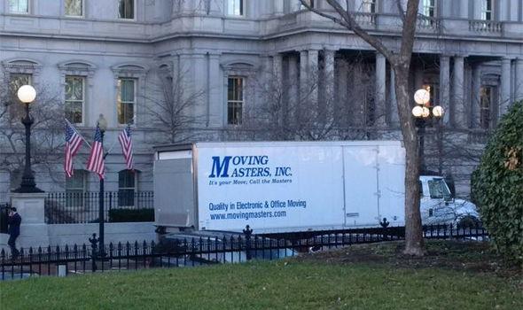 Xe tải chuyển đồ được nhìn thấy đậu bên ngoài Nhà Trắng. (Ảnh: Twitter)
