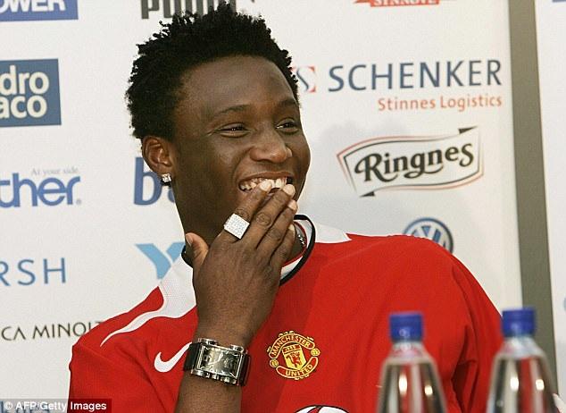 """Mùa Hè năm 2005, MU thông báo sở hữu tài năng trẻ Obi Mikel từ Lyn Oslo. Thậm chí, cầu thủ người Nigeria đã ra mắt Quỷ đỏ. Tuy nhiên, sau đó, Chelsea đã """"lật ngược thế cờ"""" khi """"đi đêm"""" thành công với Mikel. MU và Chelsea đã lôi nhau ra tòa. Cuối cùng, Chelsea sở hữu Obi Mikel nhưng phải trả cho MU 12 triệu bảng và Lyn Oslo 4 triệu bảng."""