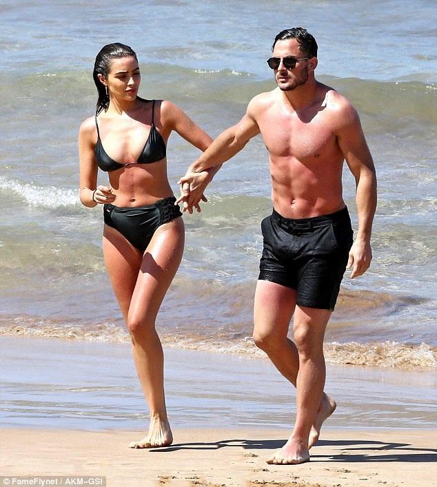 Hoa hậu Olivia diện bikini màu đen khoe thân hình săn chắc, gợi cảm khi sải bước trên bãi biển cùng bạn trai - Danny trong những ngày này ở Hawaii.