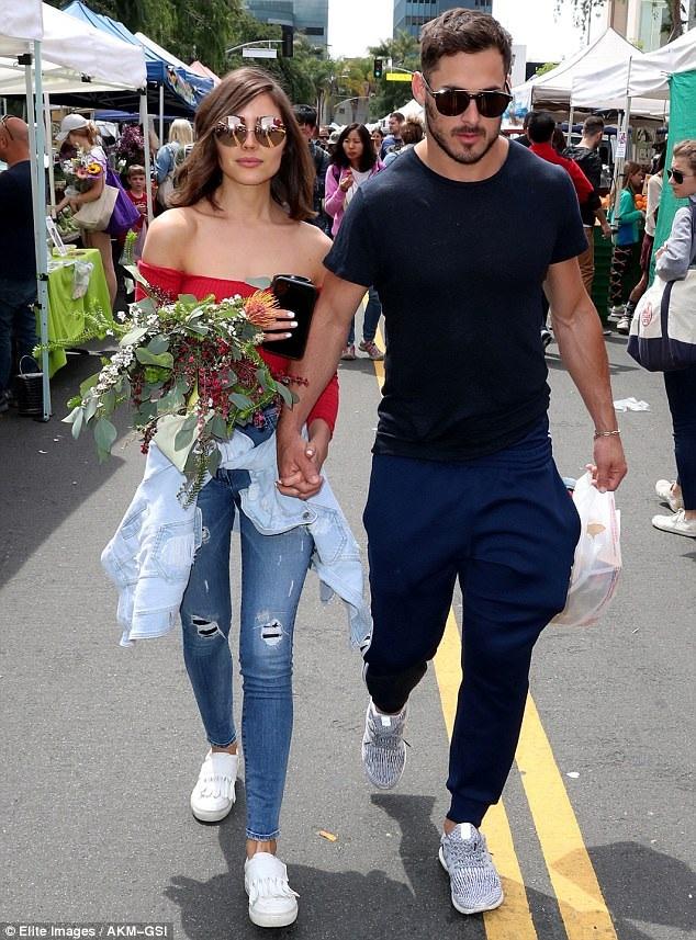 Cặp đôi này hẹn hò với nhau chưa đầy 1 năm. Trước đó hoa hậu người MỸ có mối quan hệ tình cảm với ca sỹ Nick Jonas