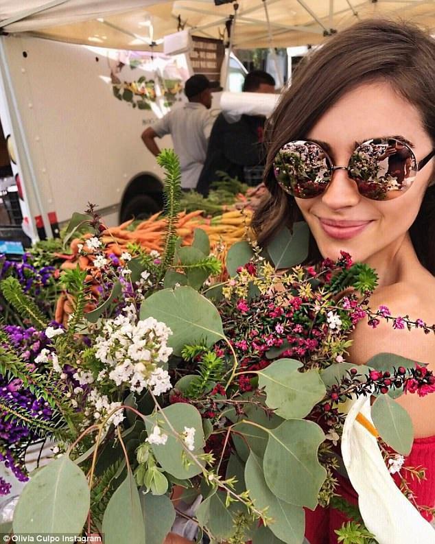 Trên trang cá nhân, Olivia Culpo khoe bó hoa, thành quả của buổi mua sắm
