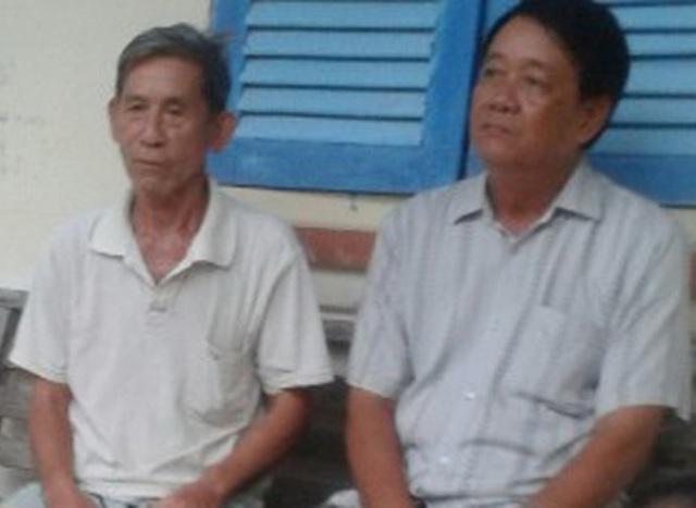 Ông Bạn (trái) cho biết đã nhận lại được tiền từ công an xã.
