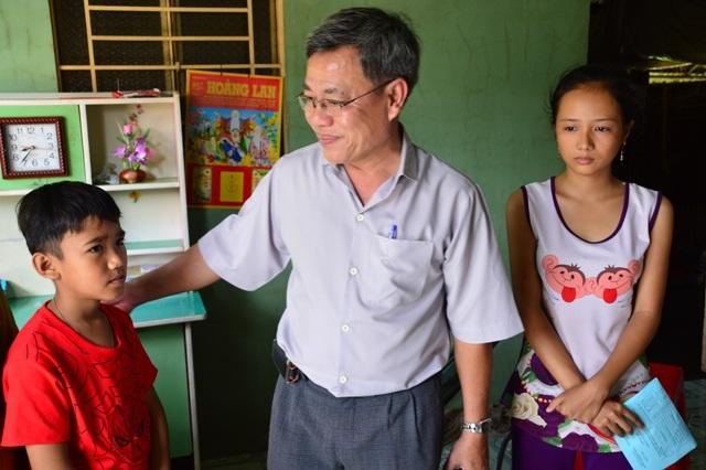Chị em Trang được sẻ chia của cán bộ ngành giáo dục địa phương.