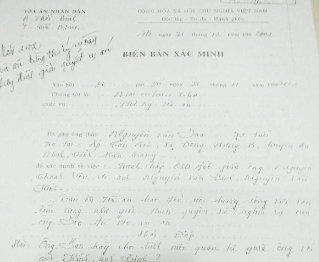 Trong biên bản xác minh của TAND huyện Thới Bình vào năm 2002, ông Nguyễn Văn Sao khẳng định có bán đất cho phía bà Thấm. Ông Sao còn đề nghị tòa án căn cứ vào tờ giao kèo lập ngày 28/7/1988 có sự thống nhất của thân tộc để bảo vệ quyền lợi cho ông 6 Vân (đại diện phía bà Thấm).