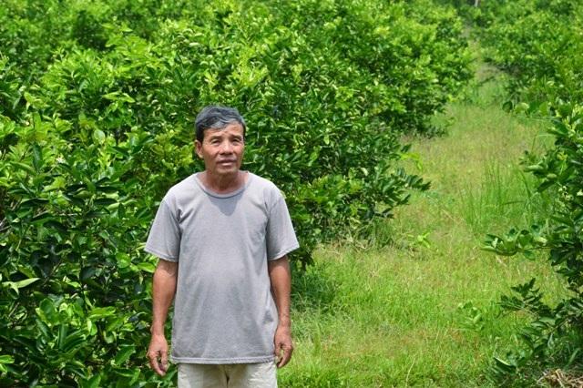 Ông Phan Thành Trung đứng trên phần đất đang bị con ông Dương Minh Hảo khởi kiện.