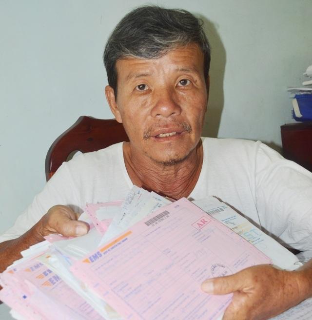 Ông Phan Thành Trung với sấp hồ sơ dày cộm liên quan đến đất đai của gia đình.