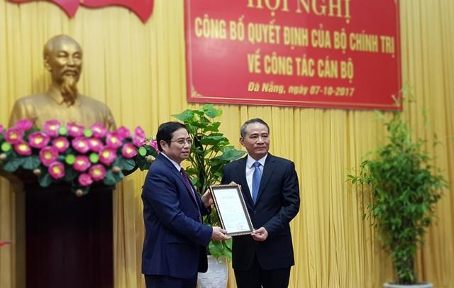 Ngày 7/10, ông Phạm Minh Chính (bìa trái) trao Quyết định của Bộ Chính trị phân công ông Trương Quang Nghĩa giữ chức Bí thư Thành ủy Đà Nẵng. (Ảnh: Tâm An).