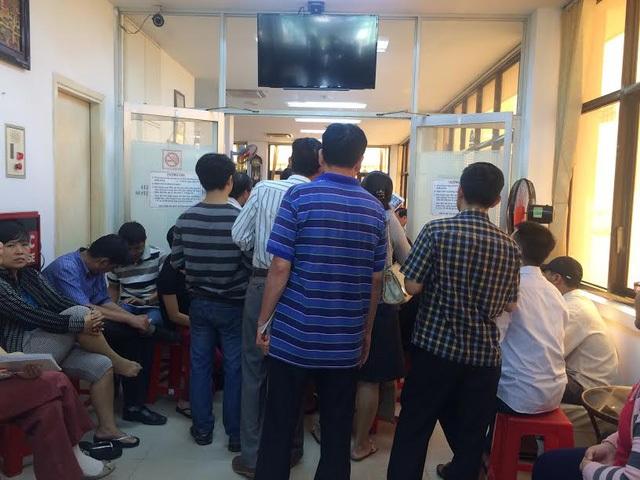 Phụ huynh ở TPHCM xếp hàng đăng ký lớp học hè, luyện thi cho con tại một trung tâm bồi dưỡng văn hóa ở quận 1