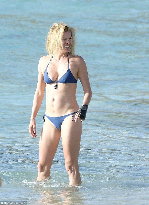Siêu mẫu Kristy Hinze, vợ của tỉ phú James Clark, tươi tắn xuống biển trong kỳ nghỉ tại St.Bart lần này.
