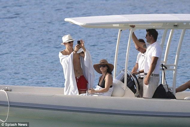 Orlando Bloom lên du thuyền đi dạo quanh biển cùng cô bạn gái tóc nâu lạ mặt.
