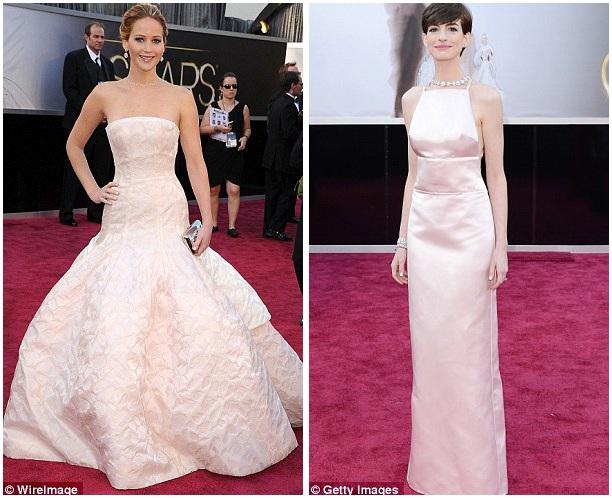 Những bộ đầm ôm dáng, khoe ra vóc dáng cơ thể, thường được các người đẹp lựa chọn, hơn là những dáng đầm kén người mặc khác. Ảnh: Jennifer Lawrence (trái) và Anne Hathaway (phải) hồi năm 2013.