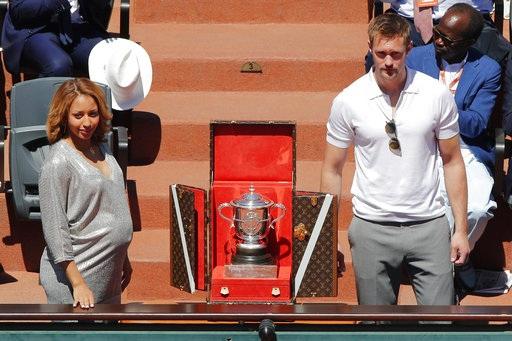 Chiếc cúp vô địch Roland Garros dành cho các tay vợt nữ được đặt trước trận chung kết. Halep hoặc Ostapenko sẽ có vinh dự nhận chiếc cúp này