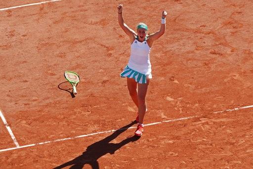 Ostapenko buông vợt ăn mừng sau có được điểm quyết định tới chiến thắng