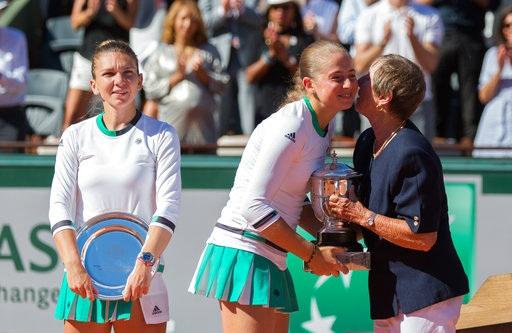 Niềm hạnh phúc vẫn hiện nguyên trên gương mặt của tay vợt trẻ người Latvia. Trước Roland Garros, dường như khán giả thế giới còn chưa biết Ostapenko là ai, nhưng chỉ hai tuần sau tay vợt này đã vang danh khắp năm châu