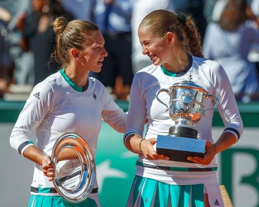 Halep (trái) chia vui với Ostapenko, trong khi tay vợt trẻ vẫn chưa dứt sự sung sướng sau khi có được chiến thắng bất ngờ trước đối thủ đàn chị