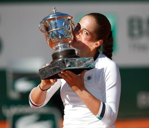 Khoảnh khắc Ostapenko hôn chiếc cúp Roland Garros đầu tiên trong sự nghiệp thi đấu chuyên nghiệp. Tất nhiên, đây không phải lần đầu Ostapenko vô địch một giải Grand Slam, chính xác ba năm trước cô từng vô địch đơn nữ Wimbledon ở giải trẻ
