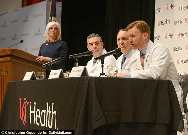 """Tại cuộc họp báo không lâu sau đó, các bác sĩ điều trị cho Warmbier nói rằng anh bị """"mất mô não nghiêm trọng"""". (Ảnh: Dailymail)"""