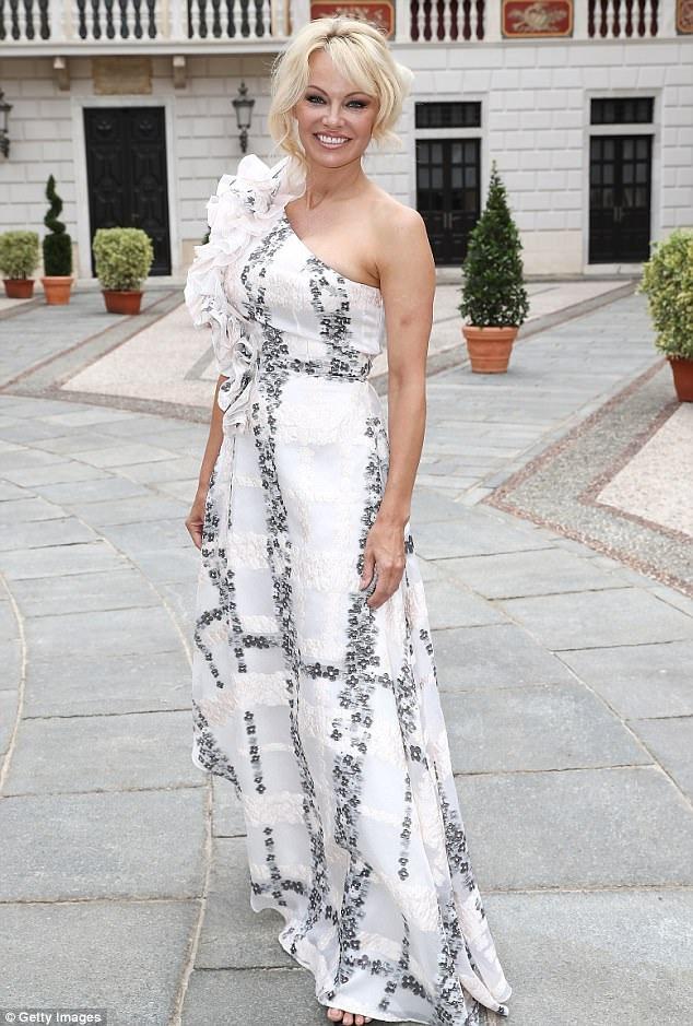 Pamela Anderson điệu đà dự liên hoan truyền hình Monte Carlodiễn ra tại Monaco ngày 19/6 vừa qua
