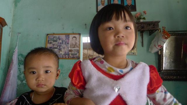 Không còn nhận ra mẹ, hai đứa trẻ sợ hãi trước hình ảnh của mẹ hiện tại.