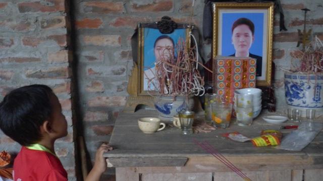 Trở về thăm gia đình các cháu, hình ảnh bé Nho thẫn thờ trước 2 tấm di ảnh của bố mẹ khiến ai cũng đau lòng.