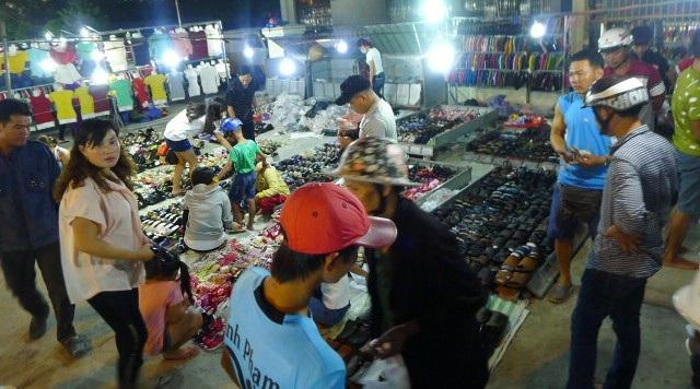 Đi chợ đêm vừa vui chơi vừa mua sắm ngày cuối năm.