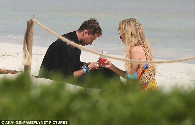 Paris Hilton khác hẳn với em gái Nicky - cô đã yêu nhiều nhưng không mối tình nào lâu bền
