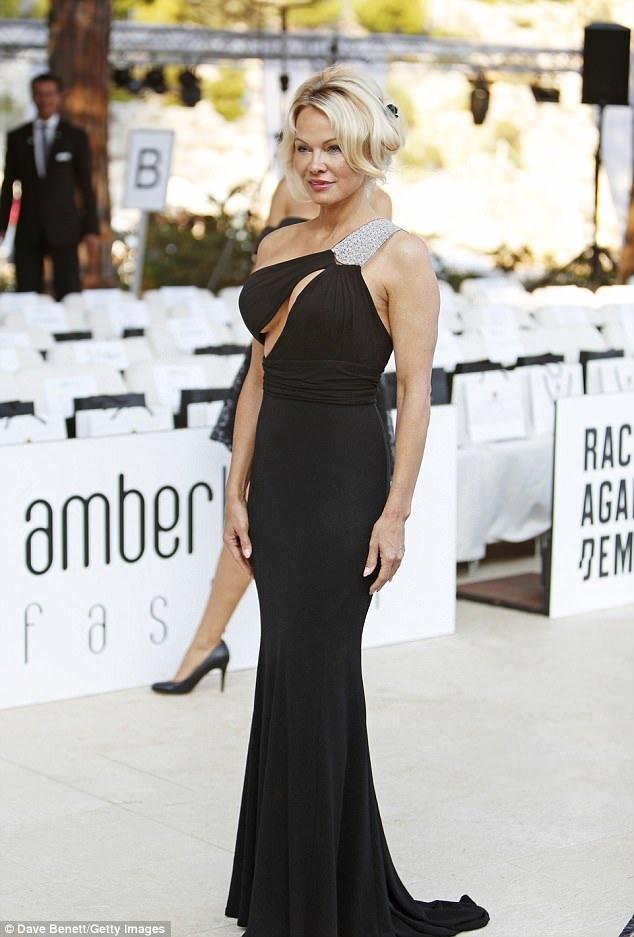 Pamela Anderson rạng rỡ tới Monaco xem thời trang ngày 26/5 vừa qua
