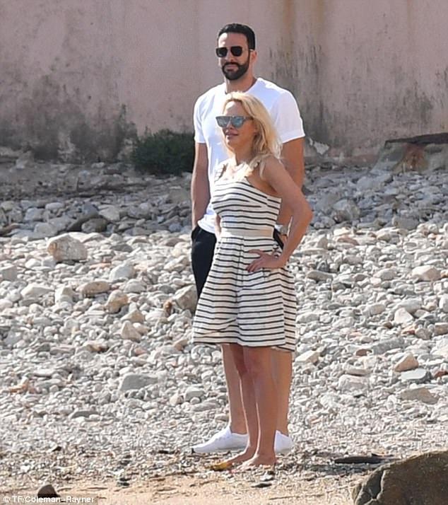 Pamela Anderson sải bước cùng bạn trai tin đồn Adil Rami trên bãi biển St Tropez ngày 23/6 vừa qua