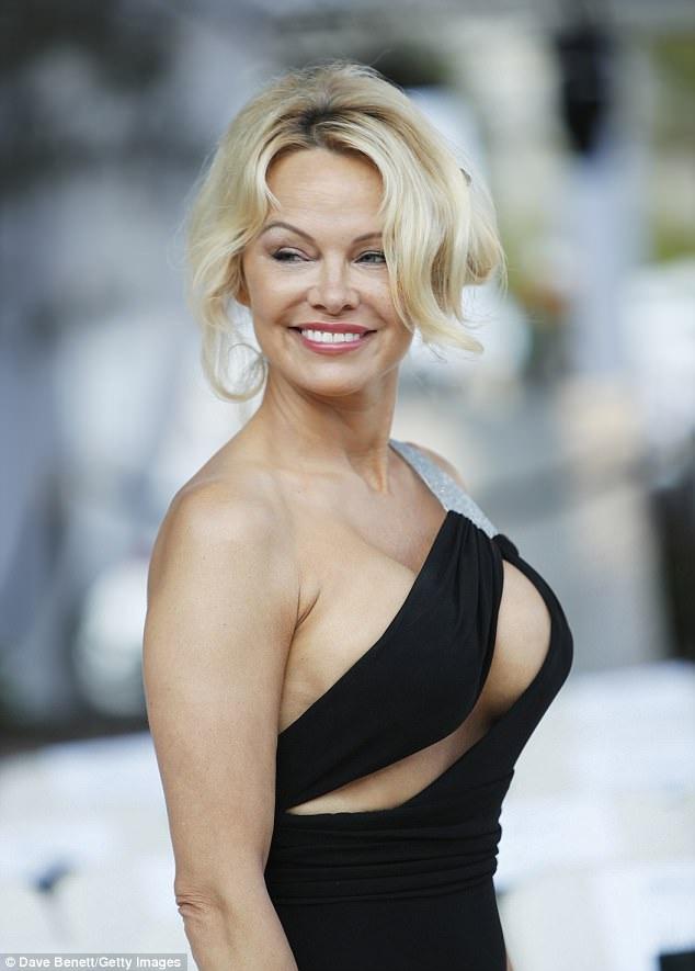 Nữ diễn viên phim Baywatch khoe vòng một khủng trong bộ váy đen cắt xẻ táo bạo