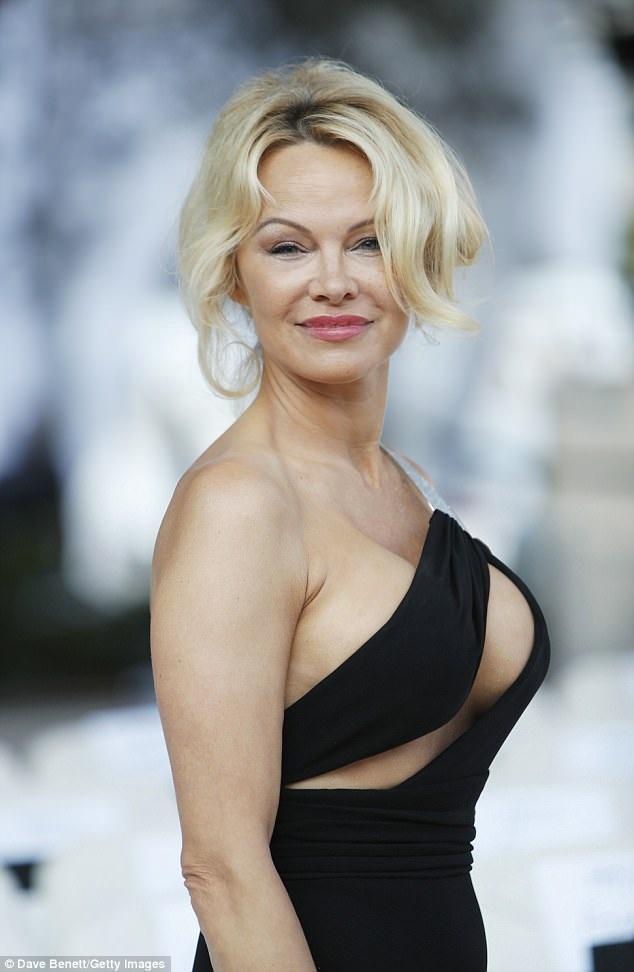 Pamela Anderson vừa rời LHP Cannes