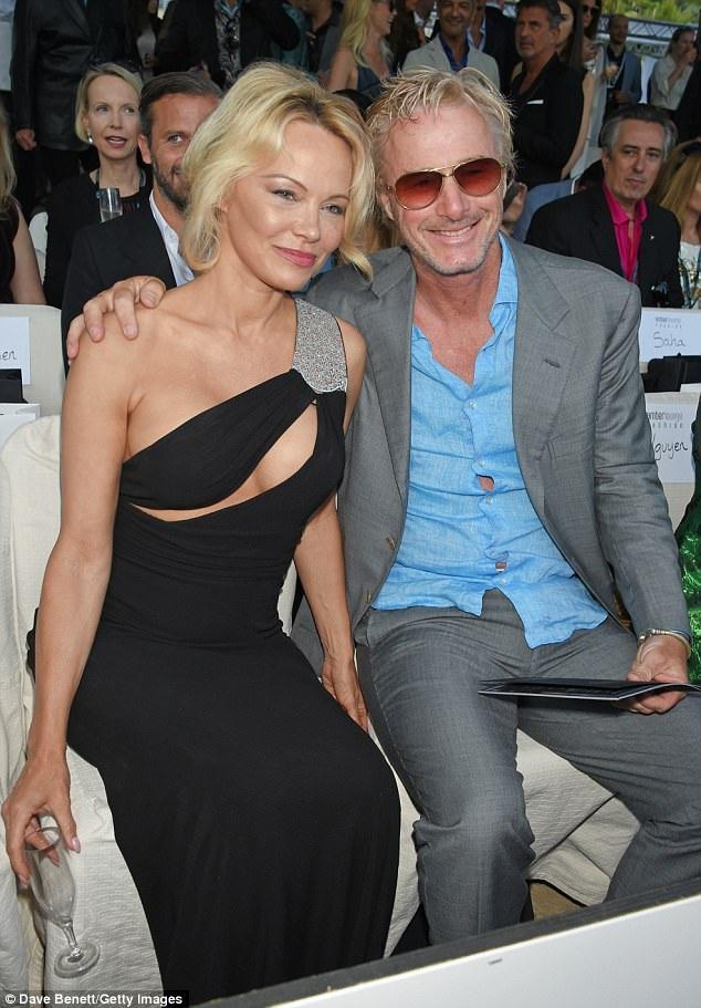 Pamela Anderson chia sẻ cô vẫn tự tin khi chụp ảnh nóng