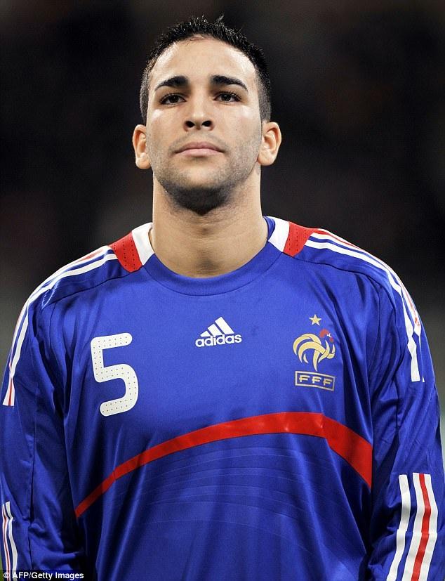 Adil Rami, 32 tuổi đang thi đấu cho CLB Sevilla và từng được gọi thi đấu cho đội tuyển Pháp.