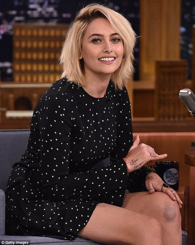 Paris Jackson chọn một chiếc váy khá kín đáo nhưng vẫn trẻ trung để tham dự chương trình ở New York. Cô con gái 18 tuổi của Michael Jackson không xa lạ với ống kính máy ảnh và các chương trình phỏng vấn.