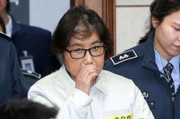 Sự nghiệp chính trị của bà Park bắt đầu tiêu tan kể từ khi vụ bê bối thông đồng với người bạn Choi Soon-sil để nhận hối lộ, tiết lộ bí mật quốc gia, bị phanh phui. Trong ảnh: Người bạn Choi Soon-sil bị bắt giữ. (Ảnh: EPA)
