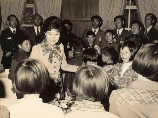 Sau cái chết của mẹ, bà Park đóng vai trò như một Đệ nhất phu nhân trong Nhà Xanh. (Ảnh: Reuters)