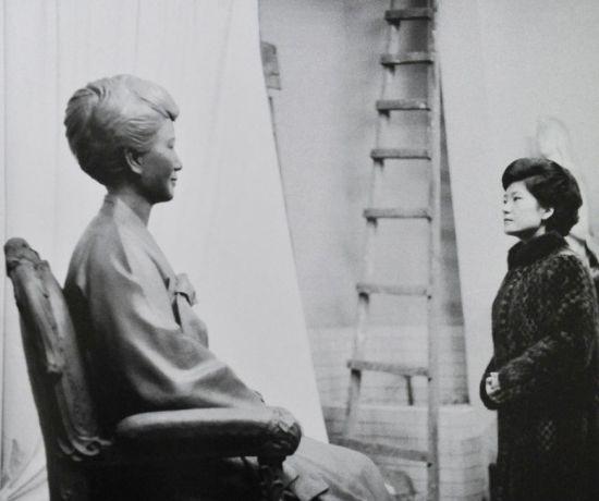 Mẹ bà Park Geun-hye bị ám sát năm 1974. (Trong ảnh: Bà Park đứng trước bức tượng của người mẹ quá cố. Ảnh: Sina)