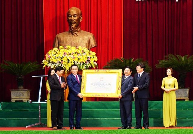 Phó Thủ tướng Chính phủ Vương Đình Huệ trao Bằng xếp hạng Di tích quốc gia đặc biệt cho Khu Di tích lưu niệm Phan Bội Châu