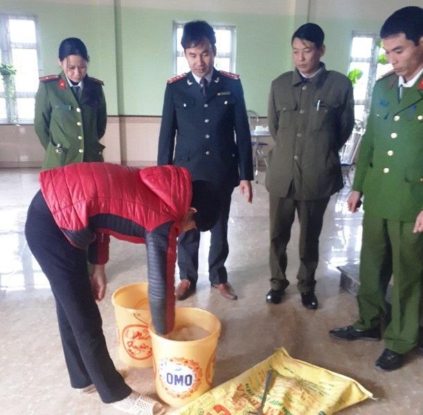 Lực lượng chức năng kiểm tra số hàn the trong cơ sở sản xuất giò, chả của gia đình ông Bùi Văn Sơn (ảnh: Công an Hà Nam)