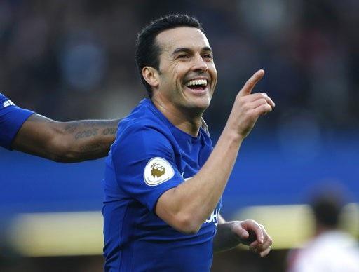 Pedro ăn mừng sau khi ghi bàn vào lưới Stoke