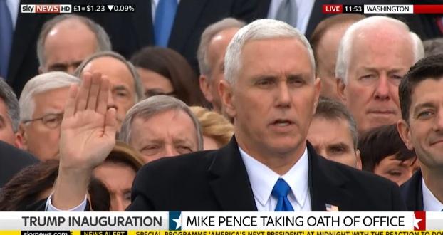 Ông Mike Pence đọc lời tuyên hệ (Ảnh chụp màn hình)