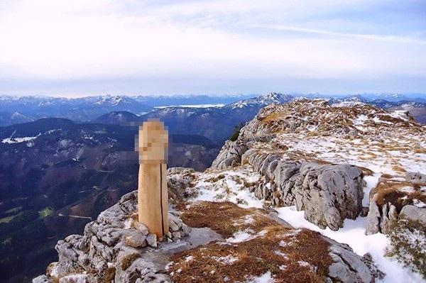 Bức tượng hình của quý khổng lồ bất ngờ xuất hiện trên núi