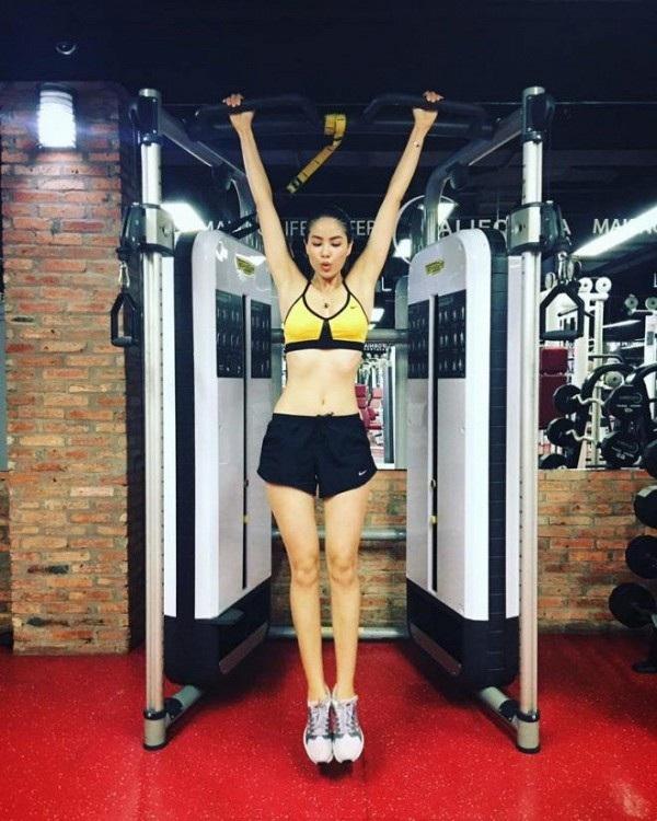 Các bài tập của Phạm Hương được cô thường xuyên chia sẻ trên trang cá nhân cũng theo cấp độ khó tăng dần. Cô cũng tập với huấn luyện viên để có được hiệu quả cao nhất.