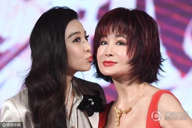 Phạm Băng Băng tặng đàn chị hơn cô gần 40 tuổi một nụ hôn lên má.