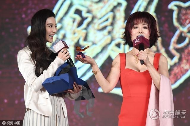 Phạm Băng Băng tặng quà cho thần tượng của cô ngay trên sân khấu trong tiếng reo hò phấn khích của khán giả.