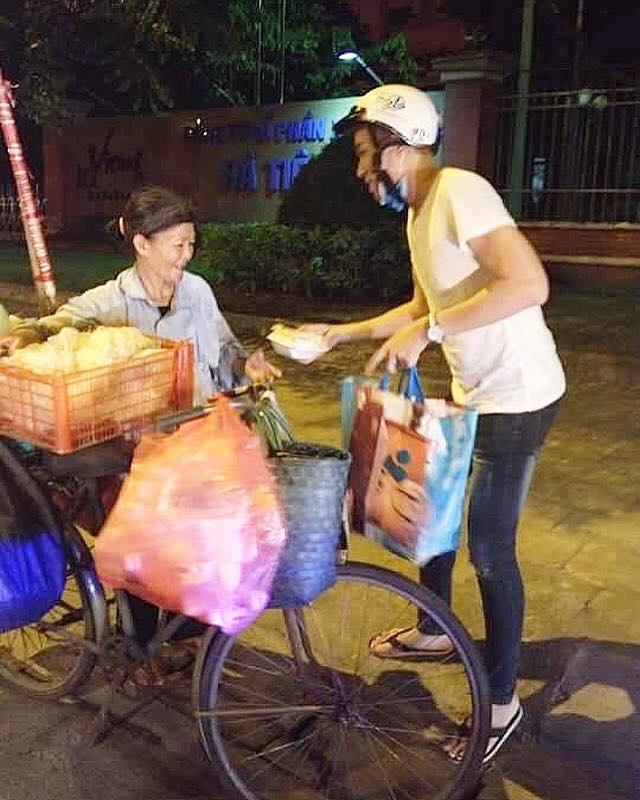 Đức Long dành hết tiền tổ chức sinh nhật để cùng nhóm từ thiện đi phát cơm cho những người khó khăn.