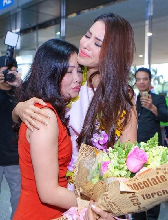 Ngoài ra, Phạm Hương cũng chia sẻ hình ảnh của mình và mẹ, khoảnh khắc cô gặp mẹ khi trở về từ Mỹ sau cuộc thi Hoa hậu Hoàn vũ Thế giới đã xuất hiện trên tất cả các trang báo thời điểm đó. Cô gọi mẹ là Người mình thương nhất đời...