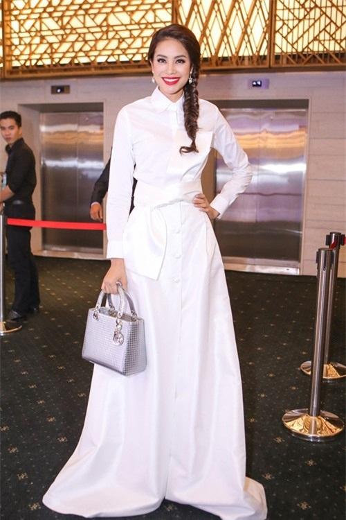 Và có lúc cô sáng tạo tận dụng sơ mi trắng kết hợp với chân váy xòe đẳng cấp.