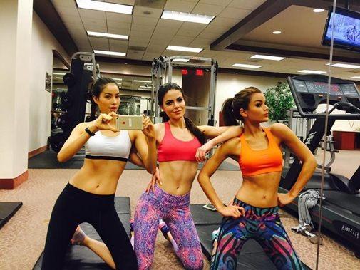 Tại cuộc thi Hoa hậu Hoàn vũ thế giới, Phạm Hương cùng các hoa hậu khác mặc trang phục phòng tập, khoe thân hình chuẩn, cực kỳ hấp dẫn từ phòng tập gym.
