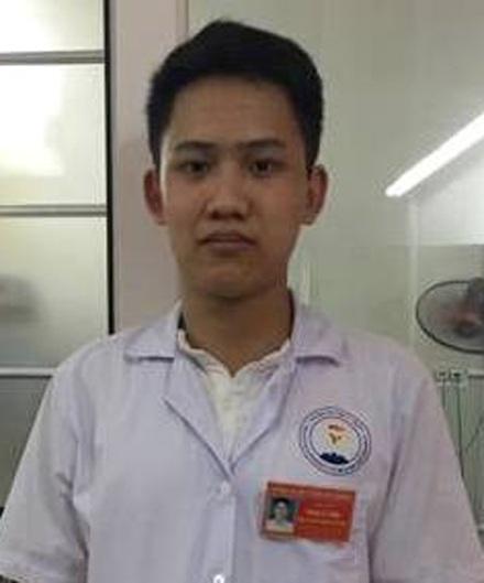 Sinh viên Y khoa Phạm Lê Tùng bị người nhà bệnh nhân tát liên tục vào mặt sau khi từ chối bế bệnh nhân đi chiếu chụp trong lúc chờ cáng y tế. (Ảnh: báo Lao động).